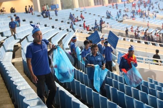 Cổ động viên chung tay dọn rác sau trận đấu của U-23 Việt Nam - ảnh 3