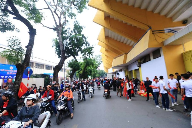 Vé chợ đen đội giá trước trận Việt Nam - Campuchia - ảnh 1