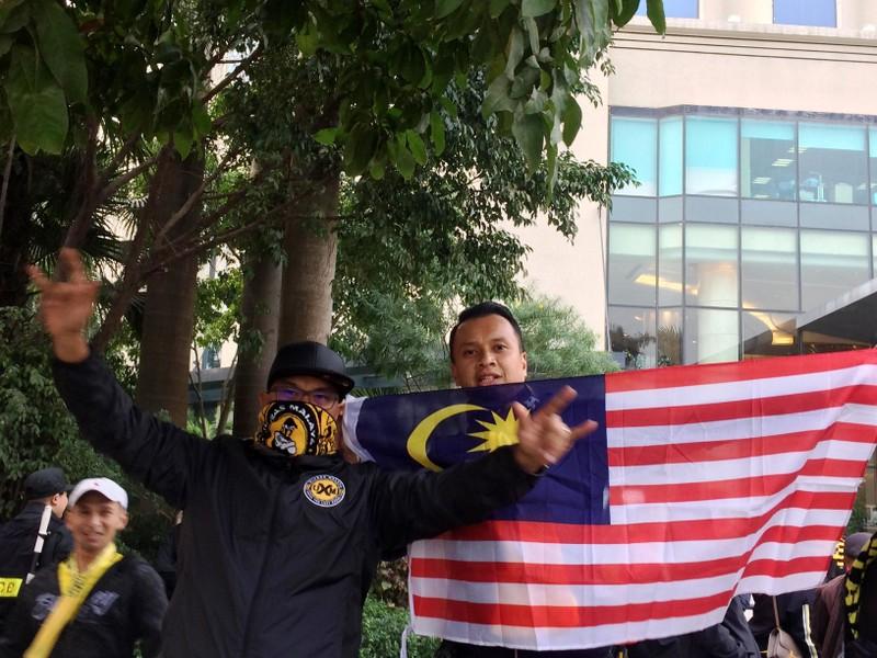 Cổ động viên Malaysia lặng lẽ trước sự cuồng nhiệt của VN - ảnh 4