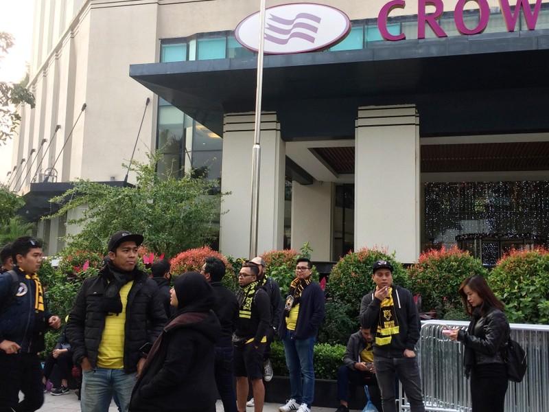 Cổ động viên Malaysia lặng lẽ trước sự cuồng nhiệt của VN - ảnh 5