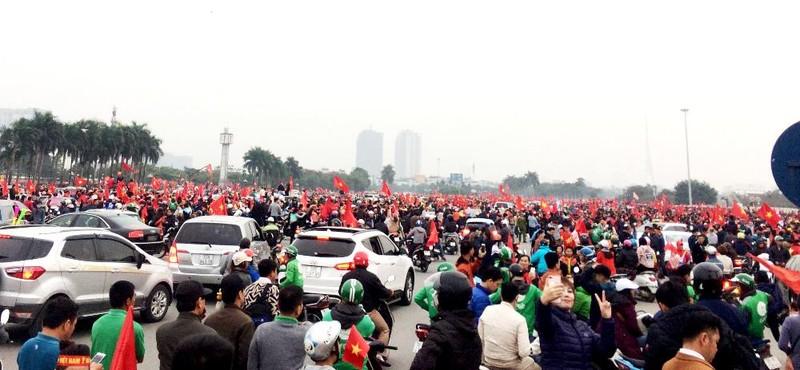 Cổ động viên Malaysia lặng lẽ trước sự cuồng nhiệt của VN - ảnh 1