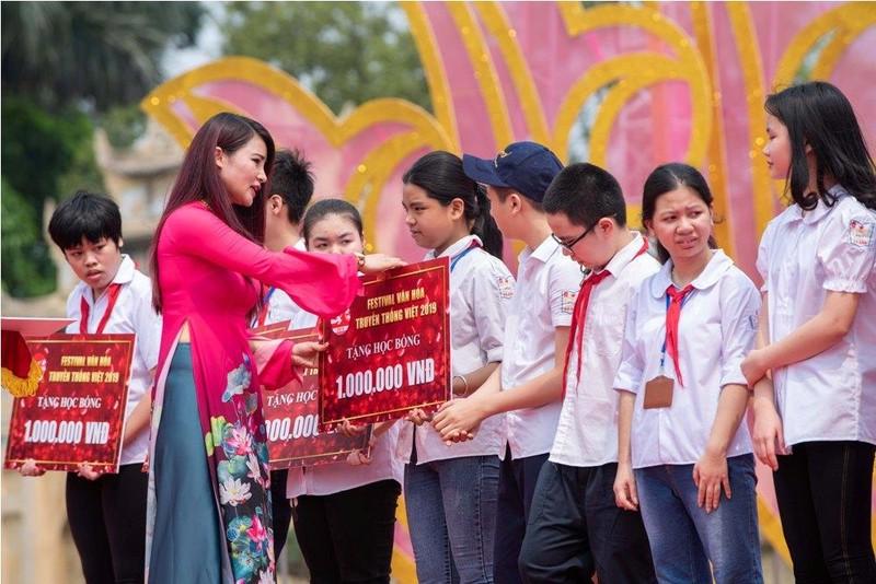 Tặng nón lá cho du khách ở Hoàng Thành Thăng Long  - ảnh 1