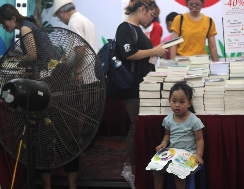 Người Hà Nội vượt nóng đến hội sách - ảnh 4