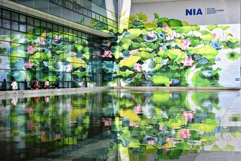 Bức tranh hoa sen ở sân bay Nội Bài đạt giải tại Ý - ảnh 2