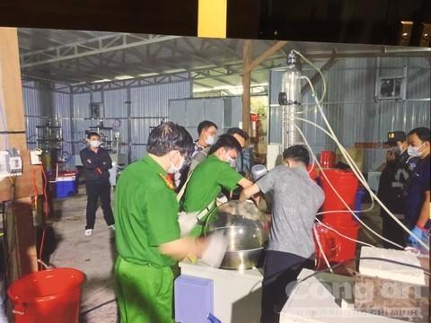 Người Trung Quốc dùng 20 tấn máy móc... chế ma túy ở VN - ảnh 2