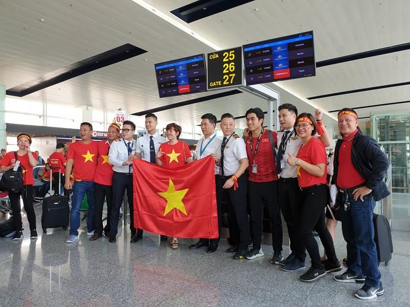 Hàng trăm CĐV Việt Nam sang Philippines 'tiếp lửa' cho đội nhà - ảnh 1