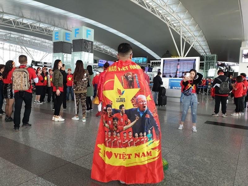 Hàng trăm CĐV Việt Nam sang Philippines 'tiếp lửa' cho đội nhà - ảnh 2