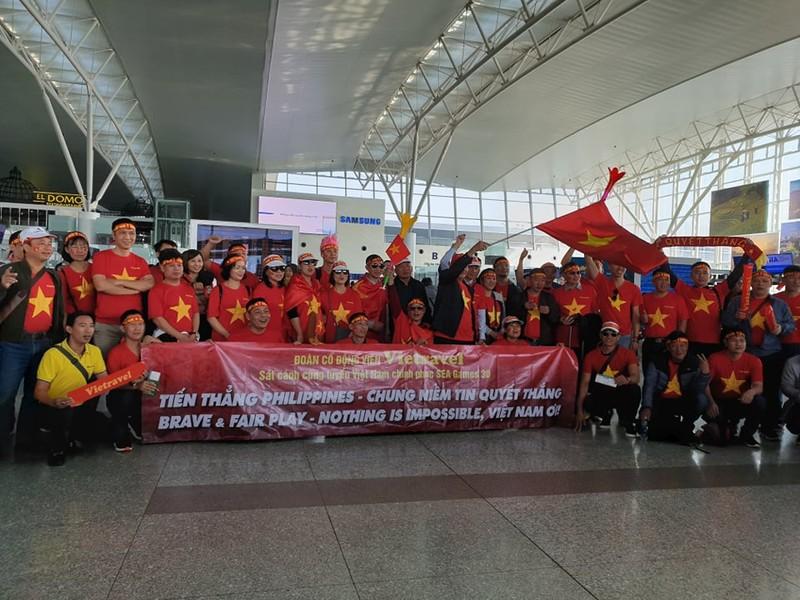 Hàng trăm CĐV Việt Nam sang Philippines 'tiếp lửa' cho đội nhà - ảnh 3