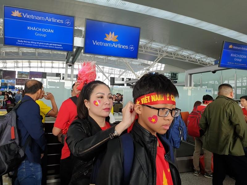 Hàng trăm CĐV Việt Nam sang Philippines 'tiếp lửa' cho đội nhà - ảnh 4