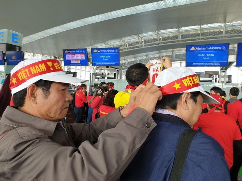 Hàng trăm CĐV Việt Nam sang Philippines 'tiếp lửa' cho đội nhà - ảnh 5
