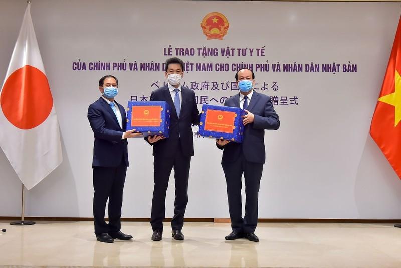 Việt Nam trao tặng vật tư y tế hỗ trợ Mỹ và Nhật Bản - ảnh 1