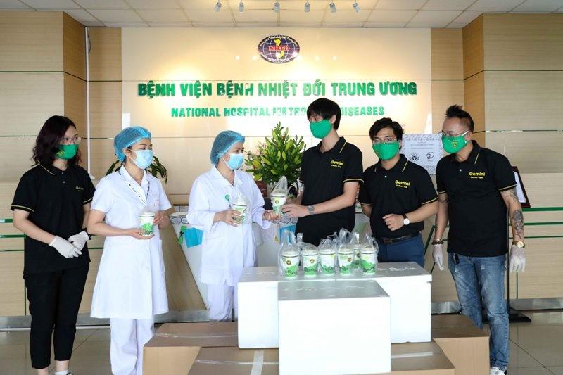 Hơn 10.000 ly nước tiếp sức lực lượng tuyến đầu chống dịch - ảnh 1