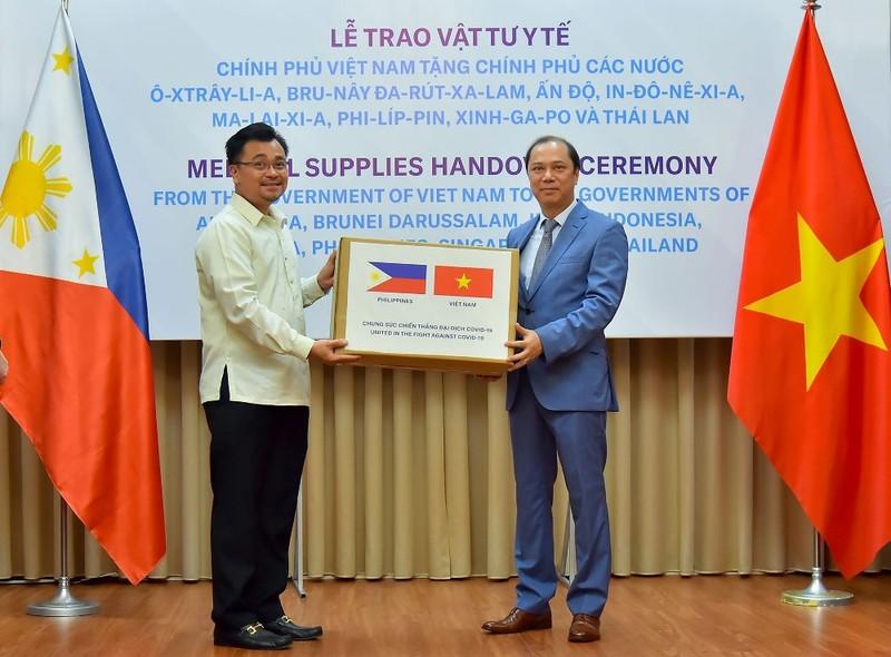 Việt Nam hỗ trợ thiết bị y tế chống dịch COVID-19 cho 8 nước - ảnh 1