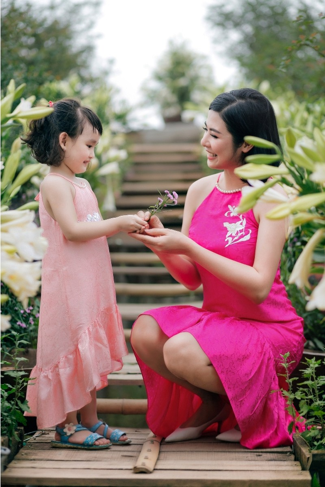 Hoa hậu Ngọc Hân chào đón mùa hè cùng con gái Hồng Quế - ảnh 1