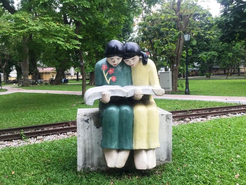 Tượng trong công viên Thống Nhất biến đổi màu sắc liên tục - ảnh 6