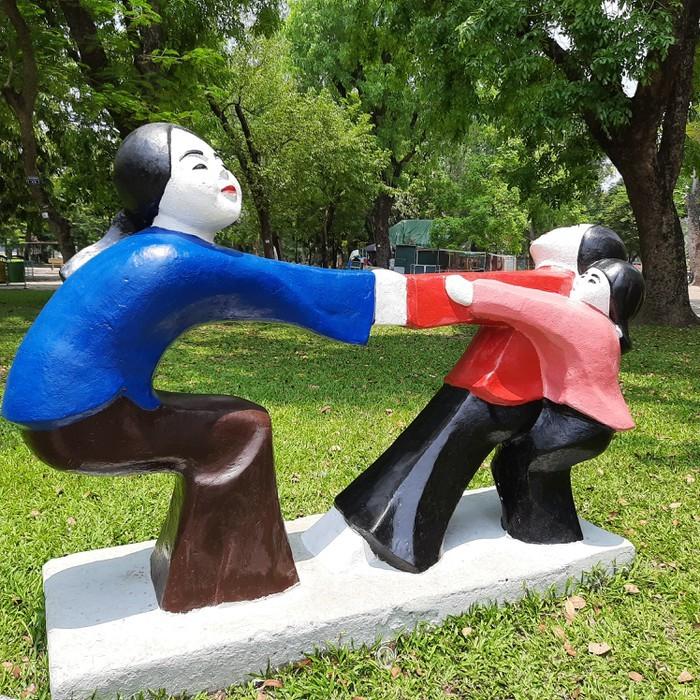 Tượng trong công viên Thống Nhất biến đổi màu sắc liên tục - ảnh 1
