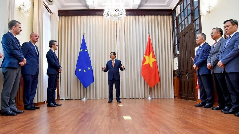 Việt Nam trao công hàm phê chuẩn 2 Hiệp định EVFTA và EVIPA  - ảnh 1