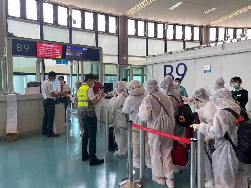 230 công dân Việt Nam từ Đài Loan về nước tại sân bay Cam Ranh - ảnh 1