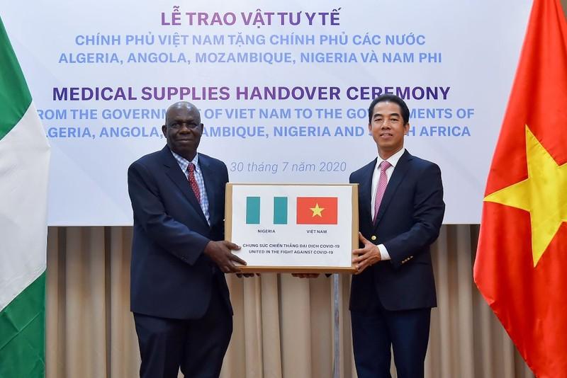 Việt Nam tặng hàng hỗ trợ chống dịch cho các nước Châu Phi - ảnh 1