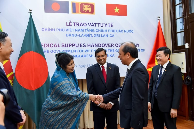 Việt Nam trao tặng vật tư y tế trị giá 60.000 USD cho 2 nước - ảnh 1