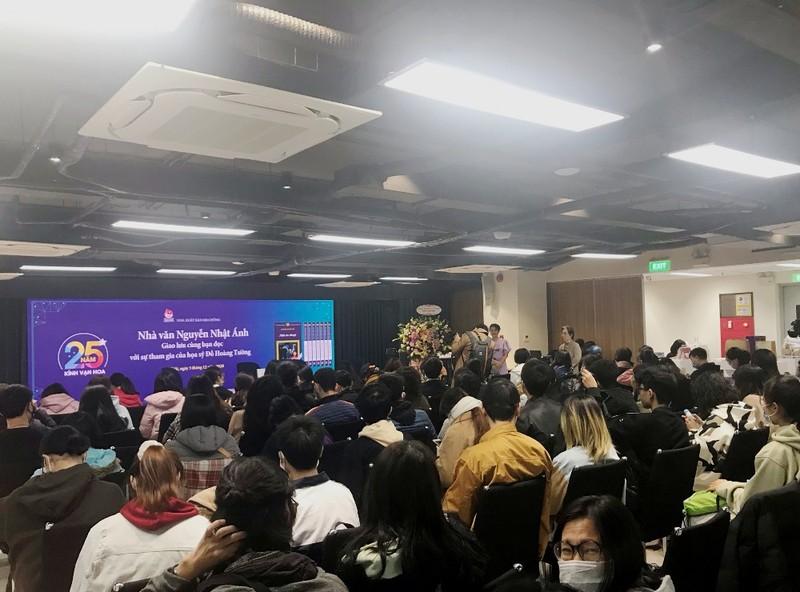 Người Hà Nội vượt lạnh đến xin chữ ký nhà văn Nguyễn Nhật Ánh - ảnh 3