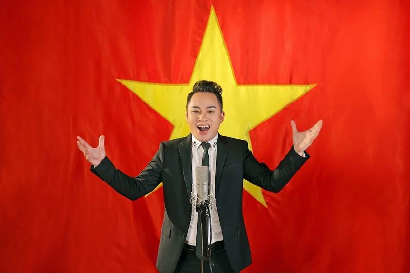Ca sĩ Tùng Dương tung MV hát Quốc ca nhân ngày Giải phóng Thủ đô 10-10 - ảnh 1