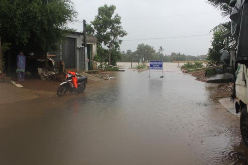 Quảng Ngãi: Nước sông dâng cao, mưa lớn làm lở núi - ảnh 1