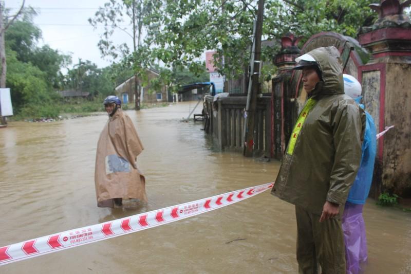 Quảng Ngãi: Nước sông dâng cao, mưa lớn làm lở núi - ảnh 2
