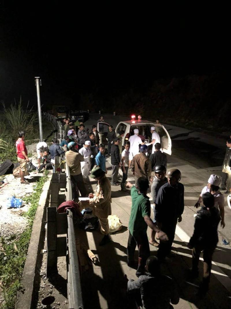 Lật xe khách trên đèo Lò Xo, 20 người thương vong - ảnh 2