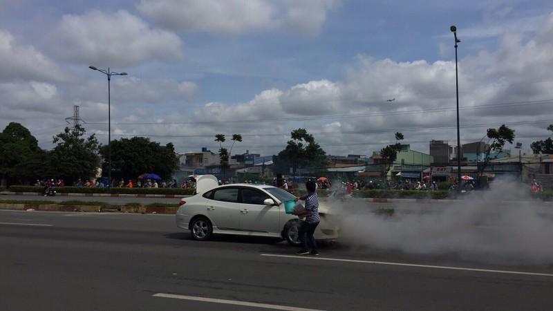 Xe 4 chỗ đang chạy, bốc cháy trên đường Phạm Văn Đồng - ảnh 3