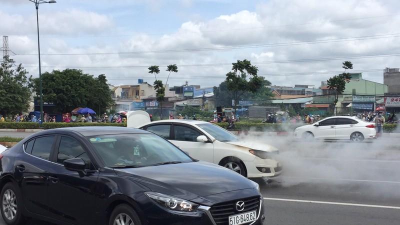 Xe 4 chỗ đang chạy, bốc cháy trên đường Phạm Văn Đồng - ảnh 1