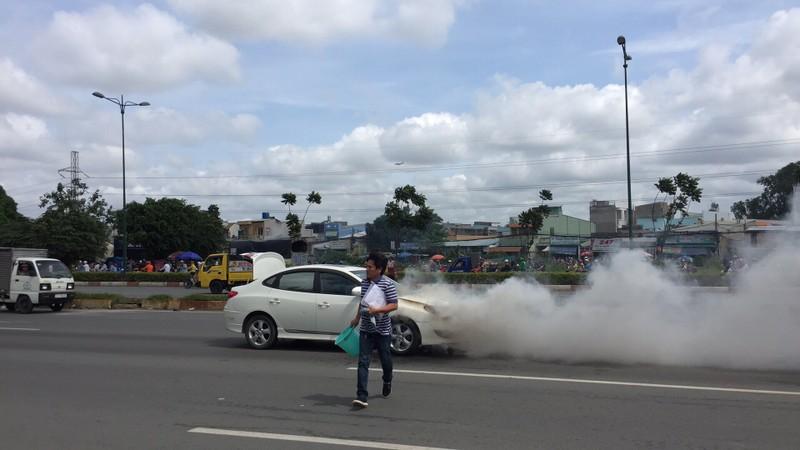 Xe 4 chỗ đang chạy, bốc cháy trên đường Phạm Văn Đồng - ảnh 2