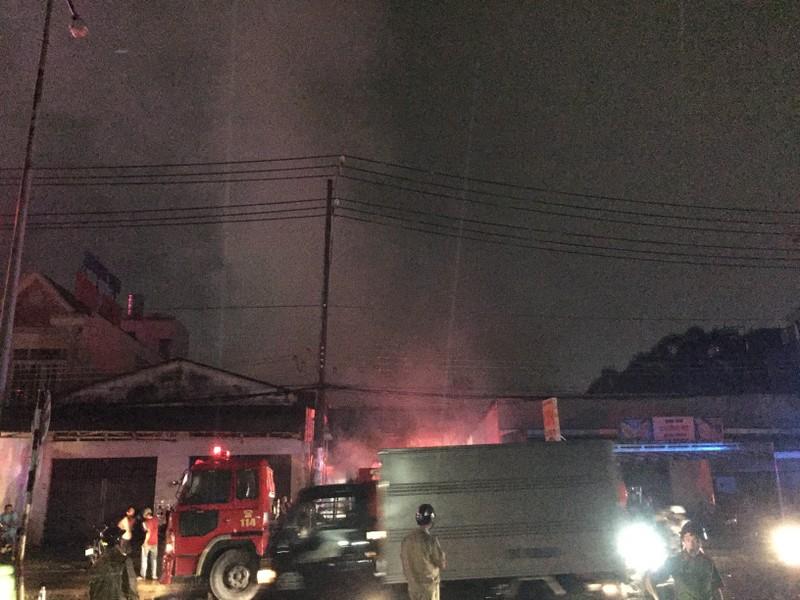Cháy dữ dội xưởng bao bố ở Bình Dương - ảnh 1