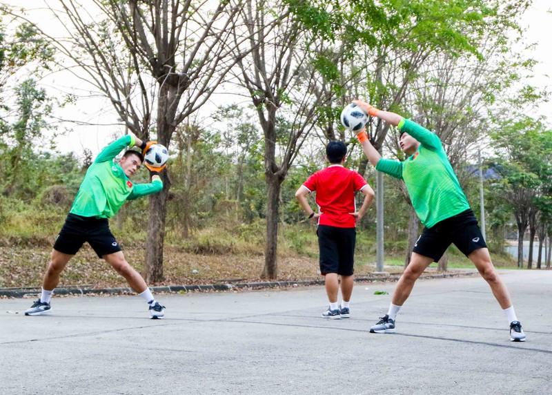 Olympic Việt Nam vừa đặt chân đến Indonesia đã gặp khó - ảnh 2