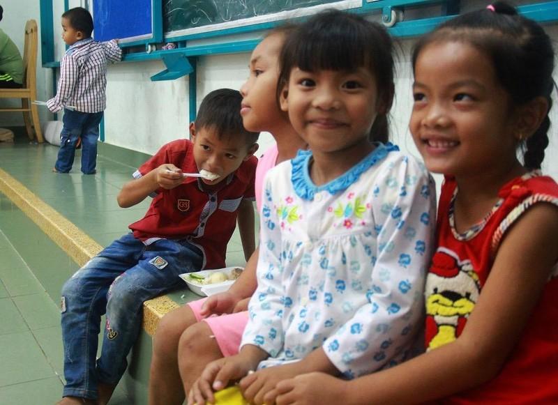 TP.HCM: Phát cơm, sữa miễn phí cho người dân trú bão - ảnh 2