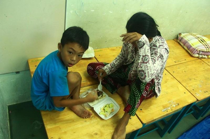 TP.HCM: Phát cơm, sữa miễn phí cho người dân trú bão - ảnh 3