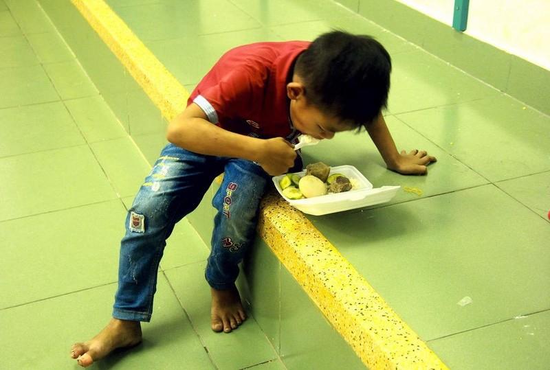 TP.HCM: Phát cơm, sữa miễn phí cho người dân trú bão - ảnh 4