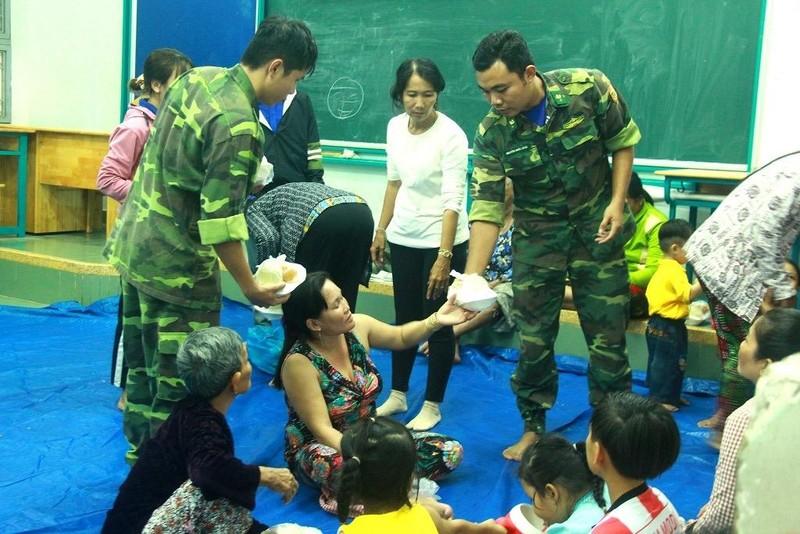 TP.HCM: Phát cơm, sữa miễn phí cho người dân trú bão - ảnh 1