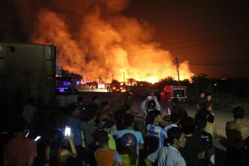 Xuyên đêm khống chế đám cháy tại Bình Dương - ảnh 2