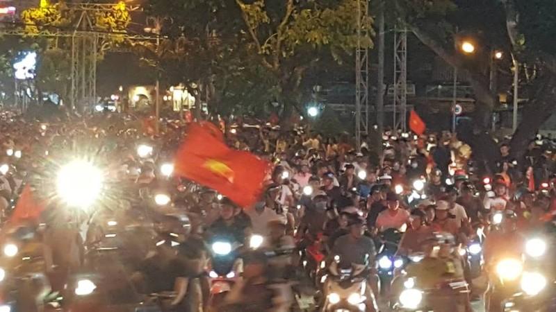 Cờ đỏ sao vàng tràn ngập, CĐV hô vang Việt Nam vô địch - ảnh 12
