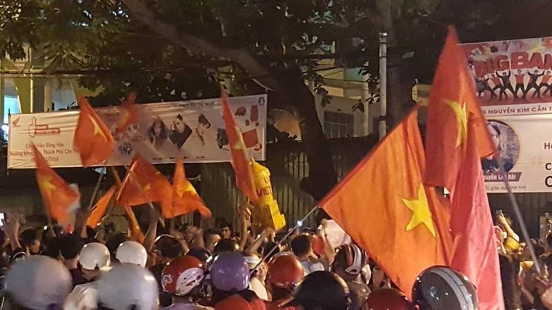 Cờ đỏ sao vàng tràn ngập, CĐV hô vang Việt Nam vô địch - ảnh 13