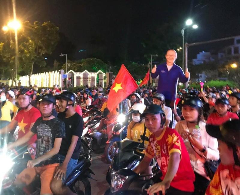 Cờ đỏ sao vàng tràn ngập, CĐV hô vang Việt Nam vô địch - ảnh 19