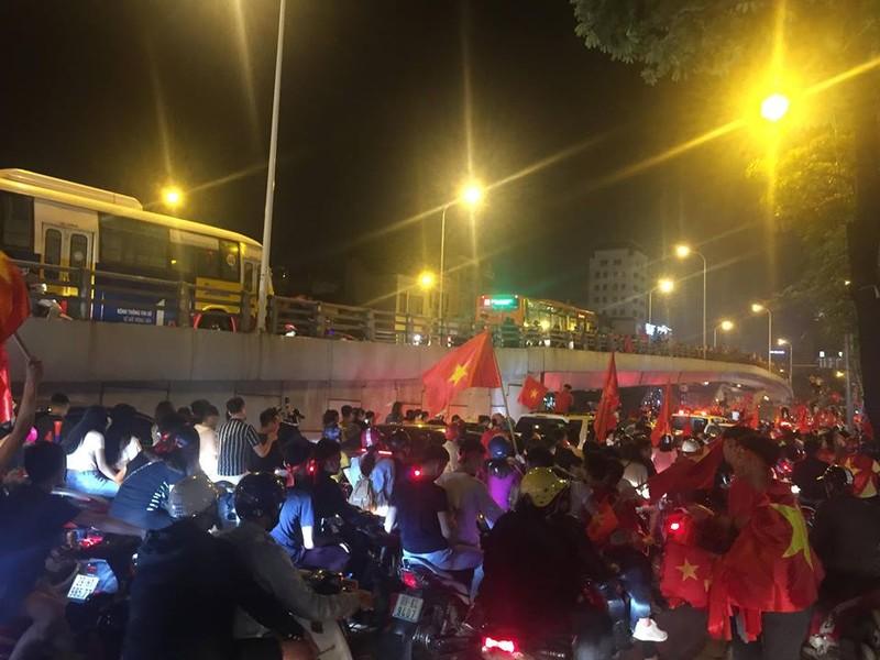 Cờ đỏ sao vàng tràn ngập, CĐV hô vang Việt Nam vô địch - ảnh 2