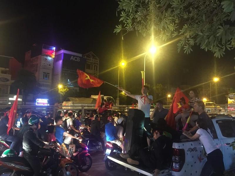 Cờ đỏ sao vàng tràn ngập, CĐV hô vang Việt Nam vô địch - ảnh 3