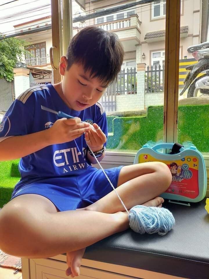 Hội đan móc len làm 'tai giả' gửi tuyến đầu chống dịch  - ảnh 3