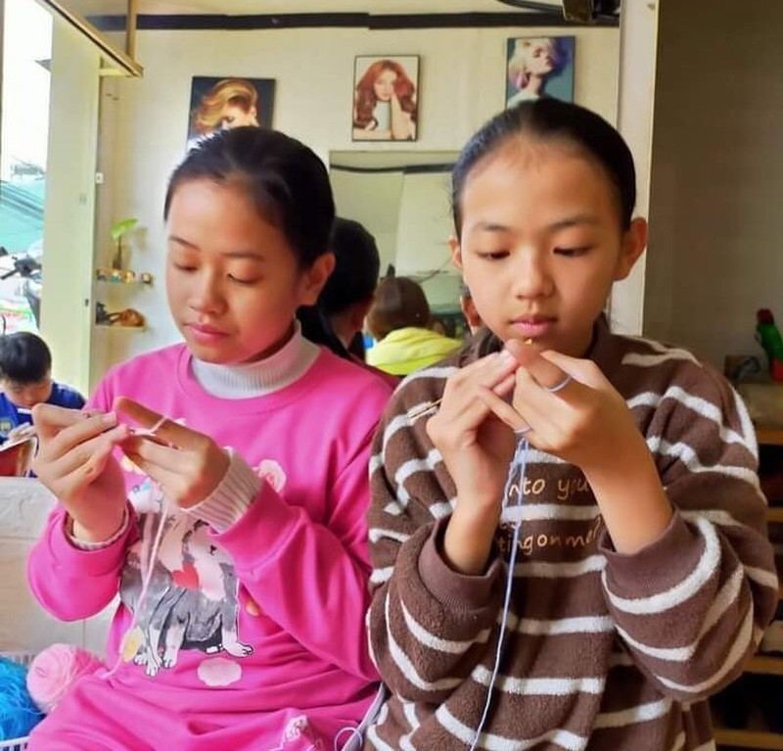 Hội đan móc len làm 'tai giả' gửi tuyến đầu chống dịch  - ảnh 4