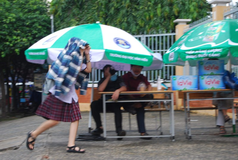 Thí sinh đội mưa đến trường thi môn Toán  - ảnh 9