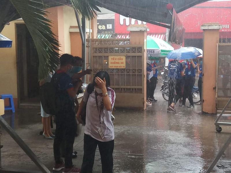 Thí sinh đội mưa đến trường thi môn Toán  - ảnh 3
