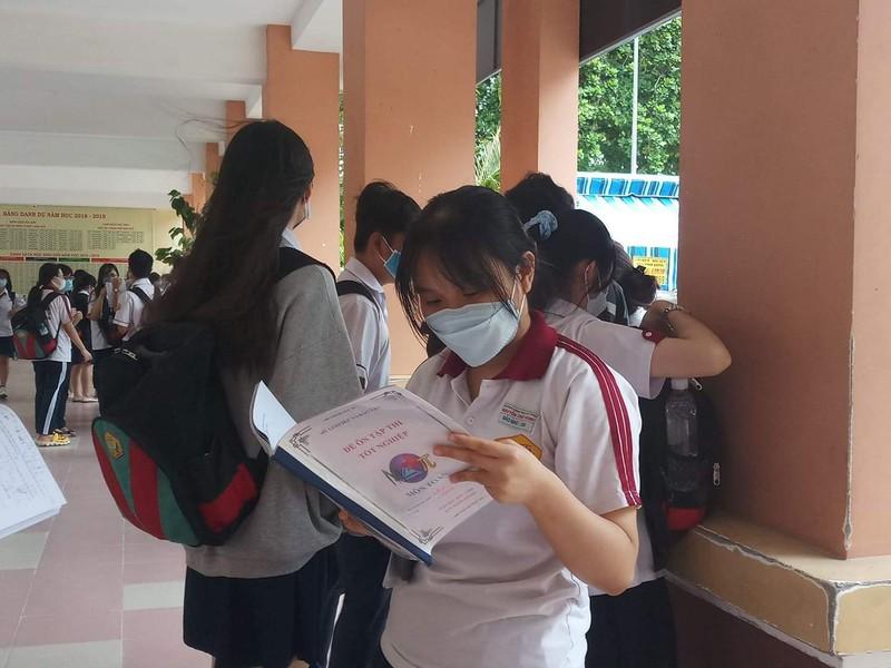 Thí sinh đội mưa đến trường thi môn Toán  - ảnh 2