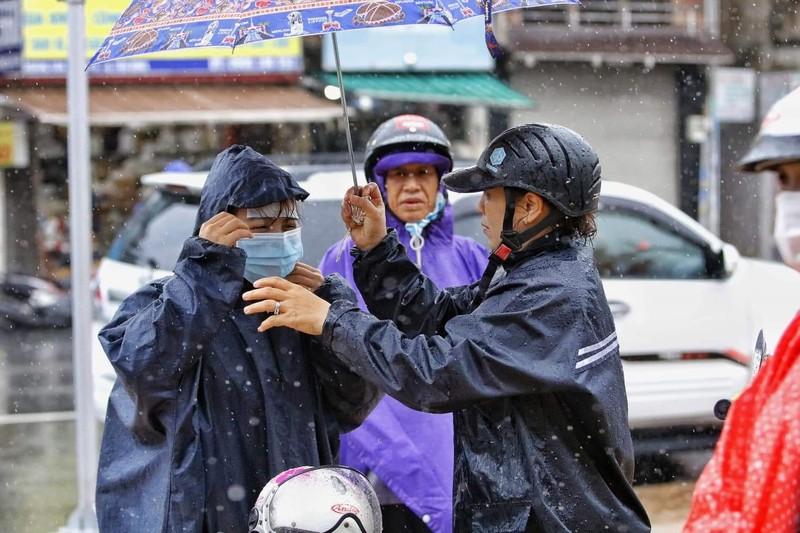 Thí sinh đội mưa đến trường thi môn Toán  - ảnh 6